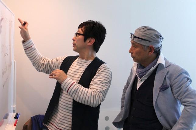 「成果一本で勝負するか、プロセスの評価も望むか」についてホワイトボートで整理するループス代表の斉藤